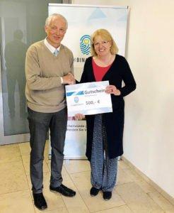 """Spendenübergabe an Herrn Martin Haubs von """"Vaterhaus e.V. - eine Initiative für das Leben"""" durch Maria Schmölzing in Fulda."""